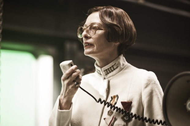 Tilda Swinton as Mason, a leader in the front-train civilization